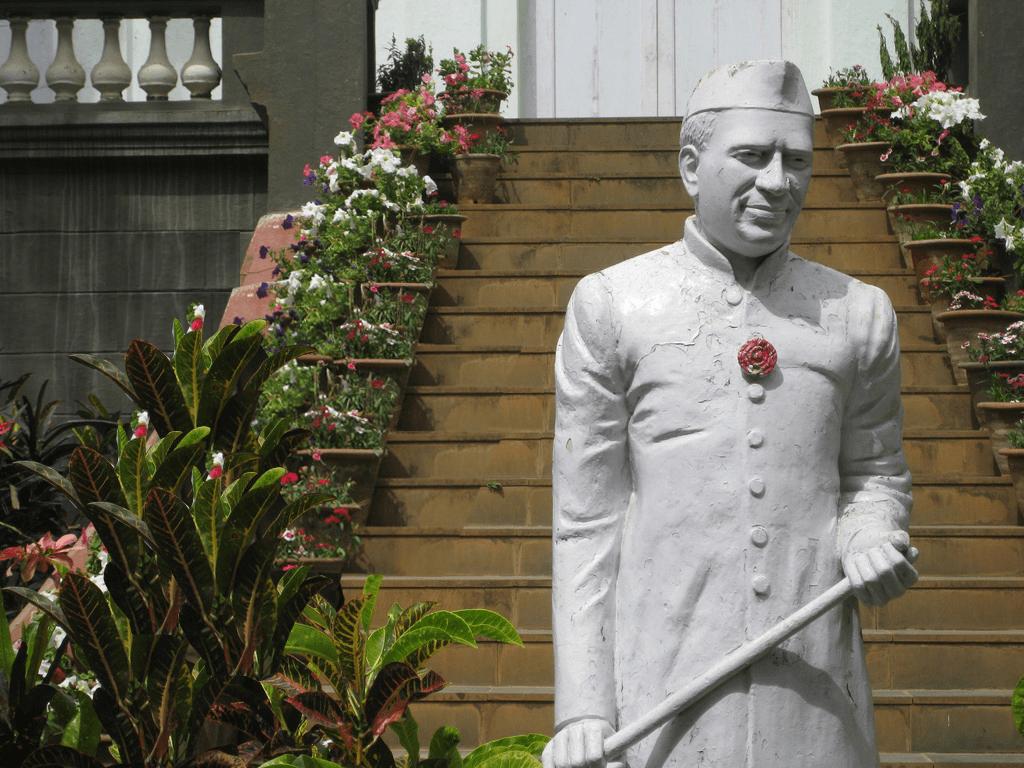 आगरा: नैनाना जाट से जवाहर लाल नेहरू की प्रतिमा हुई चोरी ,लोगों में गुस्सा