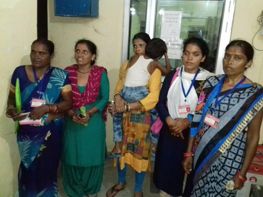 शुक्लागंज: बच्चा चोर समझ एनआरएलएम के कार्यकत्रियों पर ग्रामीणों ने बोला धाबा