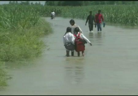 हापुड़: उत्तराखण्ड के पहाड़ी क्षेत्र में हो रही लगातार बारिश के कारण बाढ़ जैसा माहौल, लोगों में दहशत