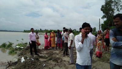 शुक्लागंज : गंगा का जलस्तर बढने से निचले इलाकों में बने मकानों के भरने लगा बाढ़ का पानी