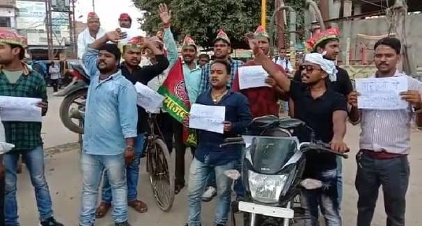 ट्रैफिक विभाग द्वारा बेतुका चालान काटने पर समाजवादी पार्टी के कार्यकर्ताओं ने किया विरोध प्रदर्शन
