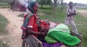 एंबुलेंस में हुआ महिला का प्रसव, सीएचसी में पैसे की डिमांड नहीं की पूरी तो ठेलिया से ले जाना पड़ा घर