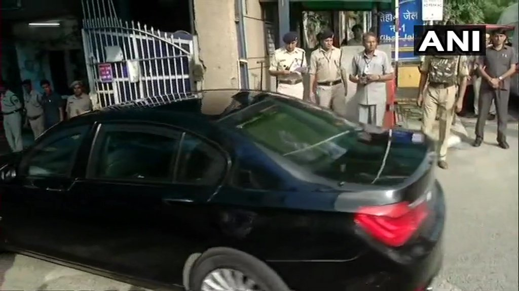 सोनिया गांधी व मनमोहन सिंह पहुंचे तिहाड़ जेल