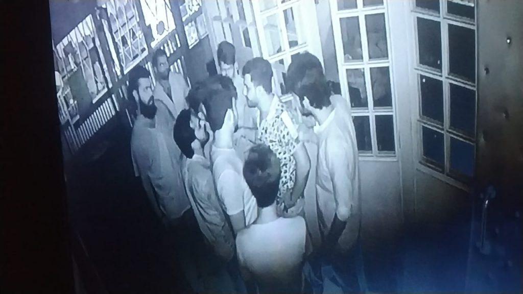 Uploaded To हुक्काबार में तकरारः युवकों ने की तोड़फोड़ और मारपीट, CCTV में कैद हुई वारदात
