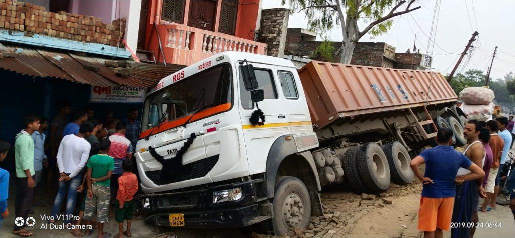 गोरखपुर : तेज रफ़्तार ट्रेलर खड़ी कार को रौंदकर घर में घुसा