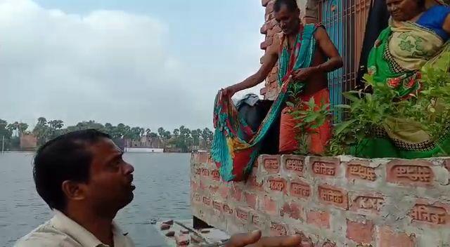 वाराणसी : बाढ़ पीड़तों तक राहत सामग्री पहुंचा रहे अग्रहरि समाज के लोग