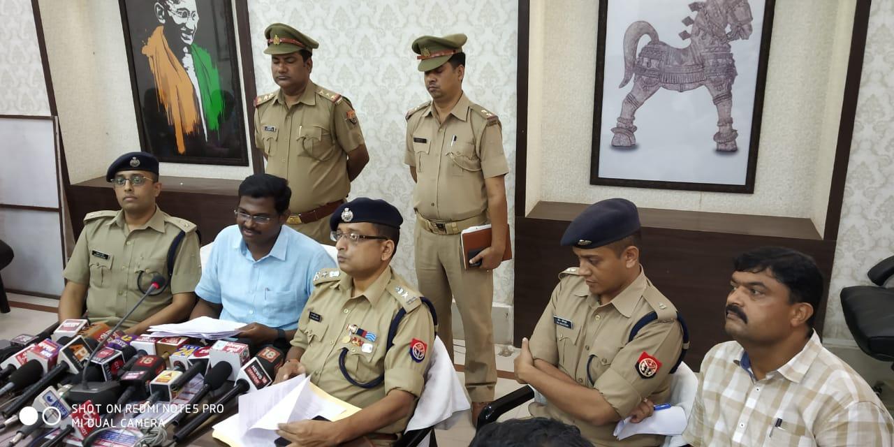 गोरखपुर: वादी बना अपराधी असलहा बाबू सहित तीन सरकारी कर्मचारी गिरफ्तार एक फरार