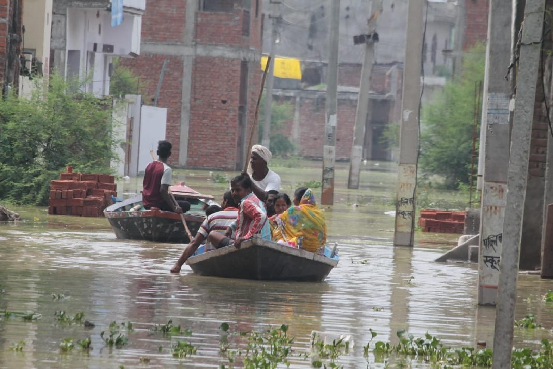 2013 के बाद वाराणसी में चेतावनी बिंदु के पार पहुंची गंगा, स्थिति भयावह