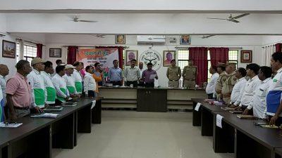 गोरखपुर: तहसील दिवस पर मण्डलायुक्त ने अधिकारियों कर्मचारियों को दिलाई स्वच्छता की शपथ