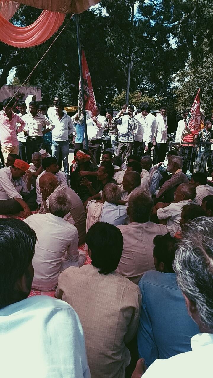 ललितपुर में सरकार की गलत नीतियों के खिलाफ सड़कों पर उतरे सपाई