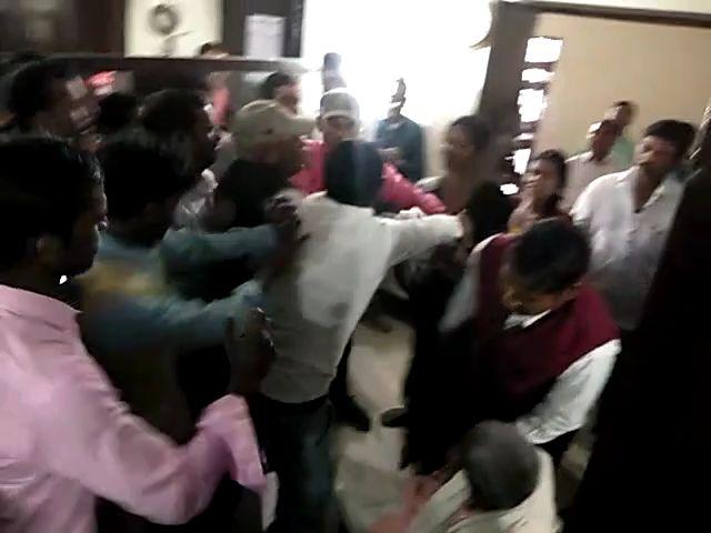 जिलाधिकारी की मौजूदगी में दबंगो ने महिला को जमकर पीटा