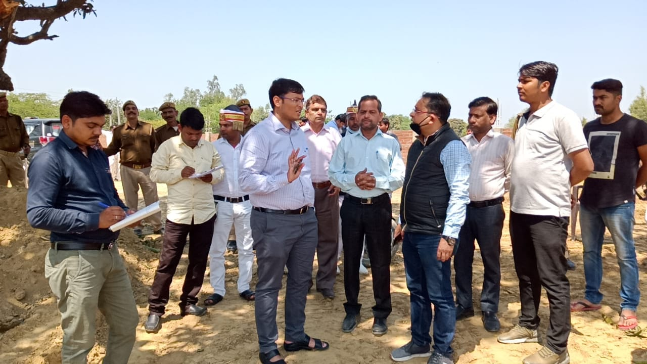 निर्माणाधीन कान्हा गौशाला का डीएम ने किया निरीक्षण।