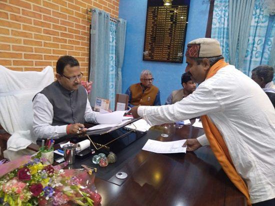 दर्जनों ग्रामीणों सहित प्रधान के भ्रष्टाचार के खिलाफ डीएम को ज्ञापन सौंपा