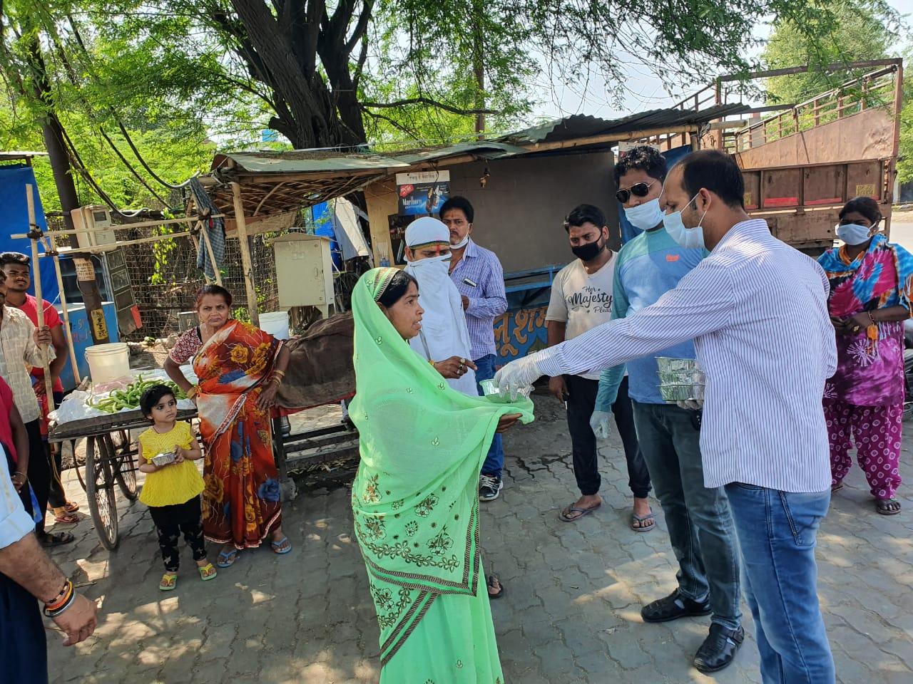शिव पार्वती समाज सेवा समिति द्वारा लोगों को भोजन बांटा गया व सोशल डिस्टेंस के बारे में जागरूक किया गया